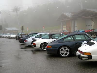 Malgré le brouillard, il y avait des Porsche à perte de vue à la station des Menuires