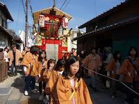 橙色の稲荷山は五穀豊穣と商売繁盛
