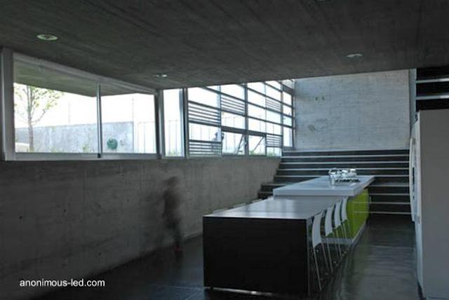 La casa por dentro, ambiente de la cocina comedor bajo el nivel del suelo
