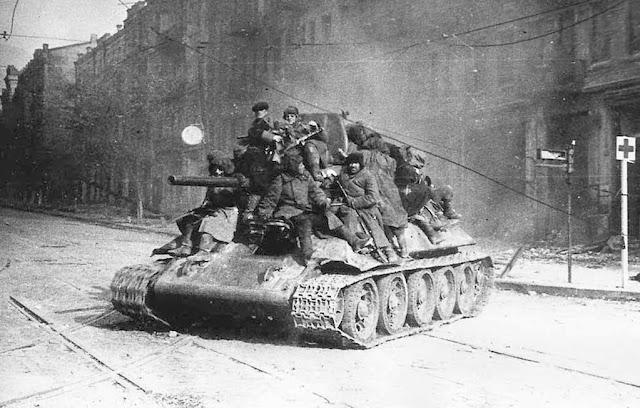 Танк з бійцями Першого Українського фронту на вулиці Червоноармійській. Київ, 1943