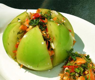 Зеленые соленые помидоры острые с зеленью