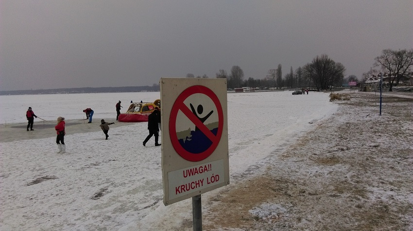 Kruchy lód nie odstrasza - fot. Tomasz Janus / sportnaukowo.pl