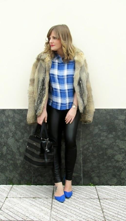 Descubre cómo combinar el azul eléctrico en un look casual