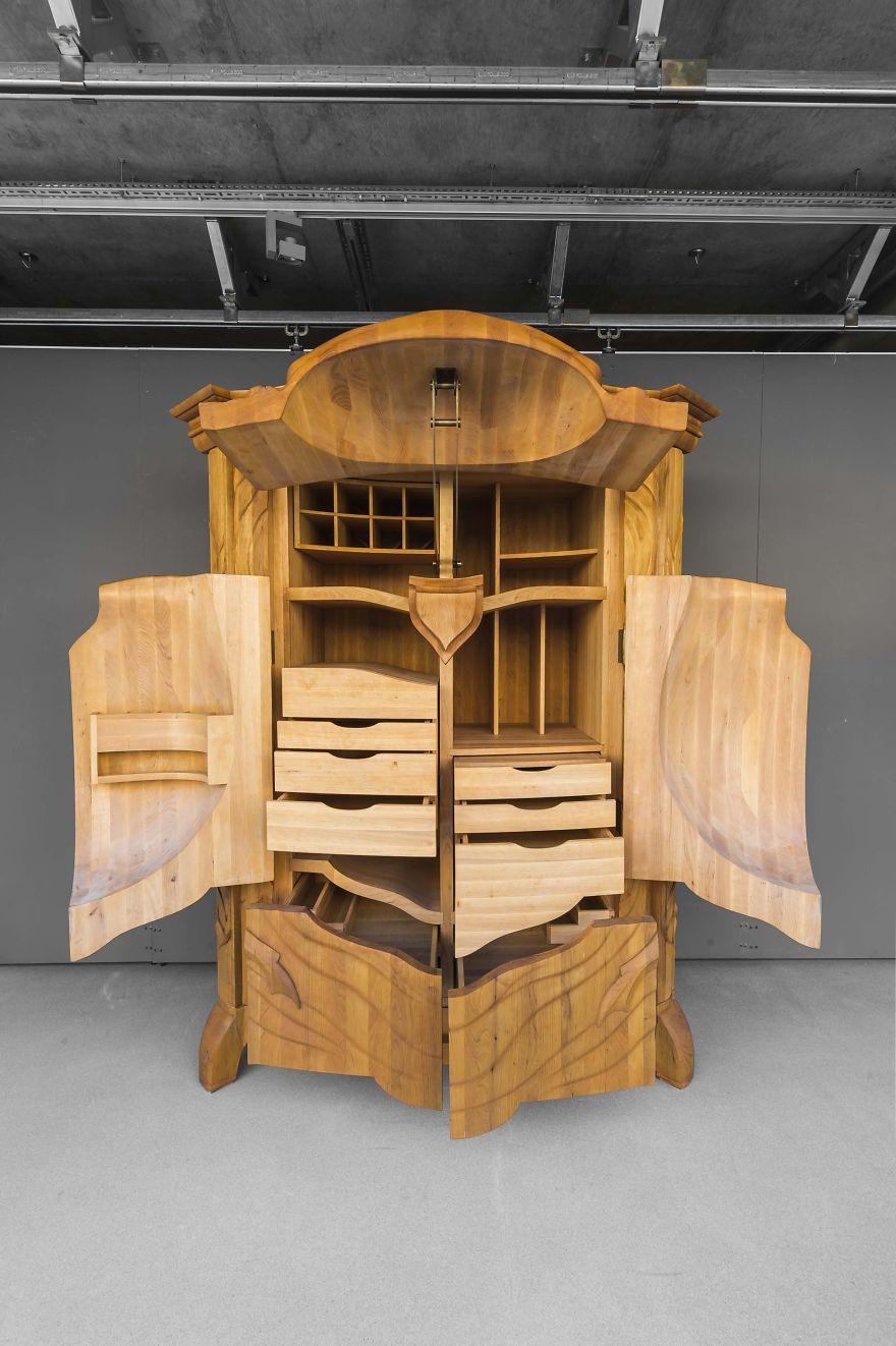 Escultura y mueble en madera con un escarabajo tallado a for Muebles tallados en madera