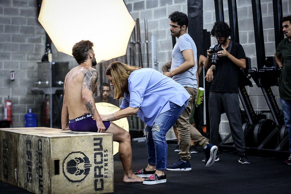 Bruno Gagliasso ajeita cueca nos bastidores da nova campanha da Mash. Foto: Gabriel Felix/Divulgação