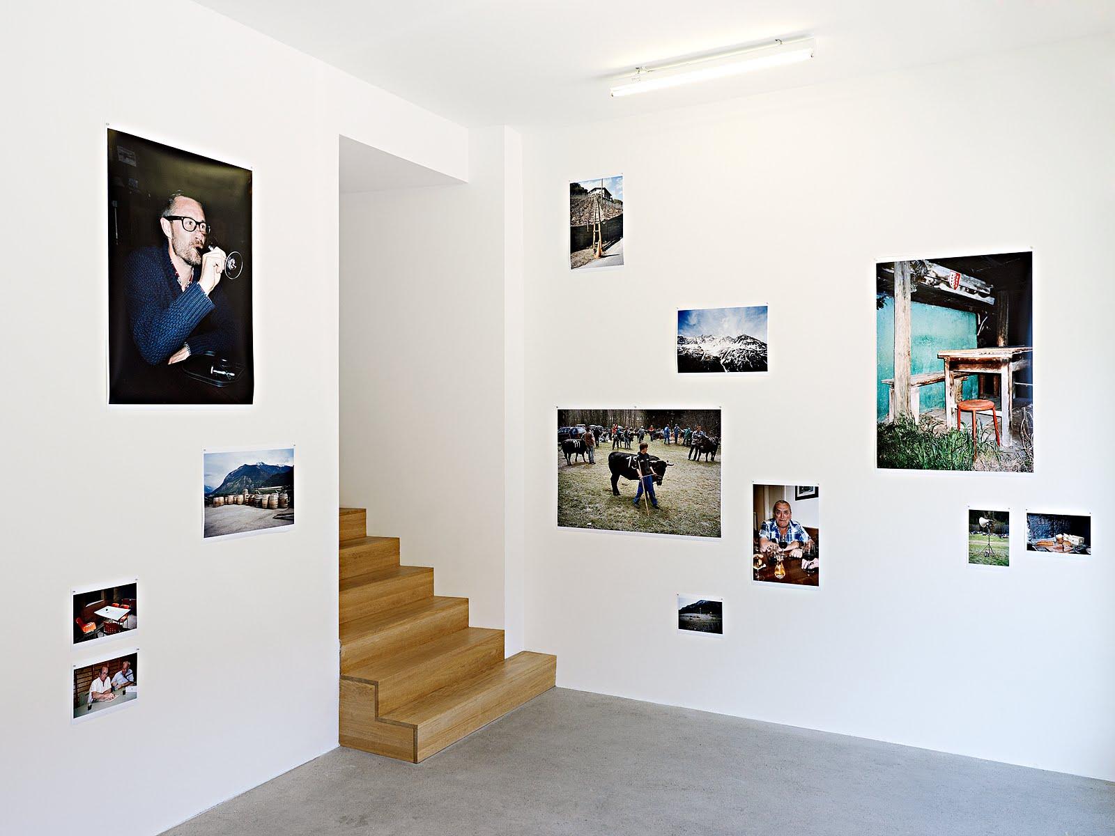 espacechallens13 rouge blanc vues d 39 exposition. Black Bedroom Furniture Sets. Home Design Ideas