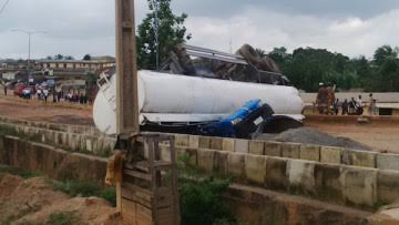 Petrol Tanker falls and crushes a commercial bus in Osogbo, Osun  1