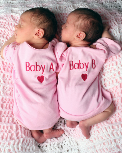 http://3.bp.blogspot.com/-iAIemEuHWxc/TaXQTS7AnTI/AAAAAAAAAE4/o9cdNfd_8z4/s1600/twins.jpg