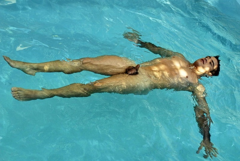 Pecho desnudo en la piscina