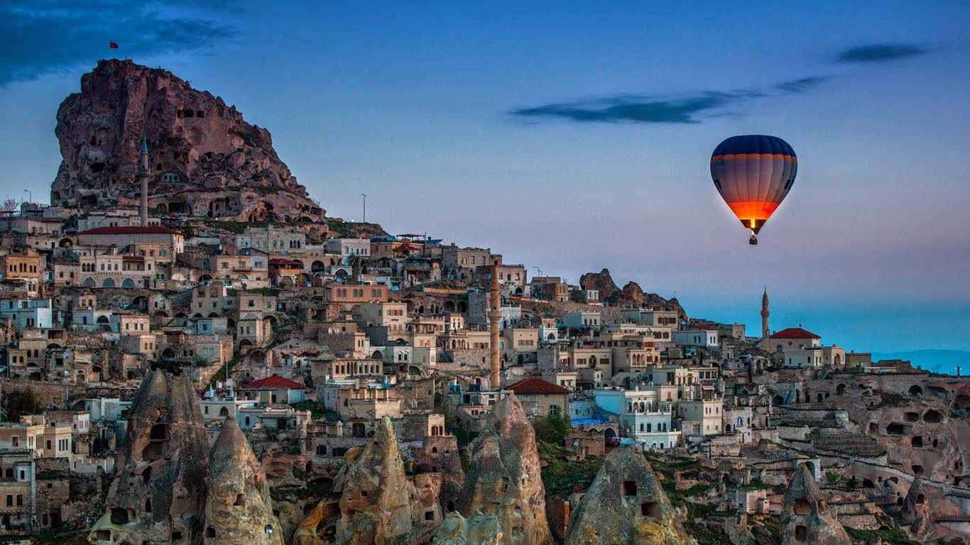 Hot air balloon over Uçhisar in Cappadocia, Turkey (© Coolbriere Photograph/Getty Images) 493