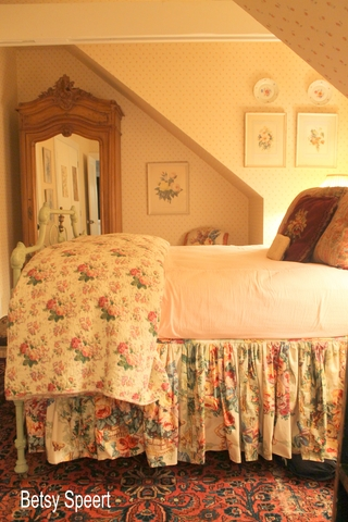Betsy speert 39 s blog floral cottage bedroom for English cottage bedroom