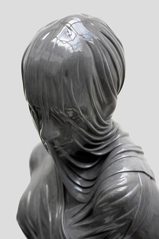 Estas figuras veladas de bronce y mármol de Kevin Francis Gray parecen escurrirles tela