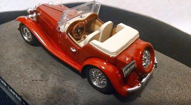 O interior da miniatura também foi personalizado, com painel de madeira e estofamento claro.