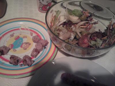 cena longanizas y ensalada