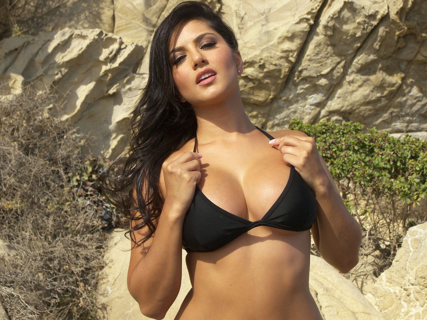 sunny leone in black bikini