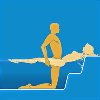 Tư thế yêu trong bể bơi tránh cái nắng mùa hè