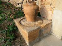 Detall de la base d'una de les dues premses de vi que hi ha al costat del portal del Mas de Sant Jaume