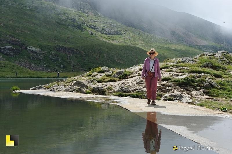 valérie blachier sur le déversoir du lac besson photo pascal blachier
