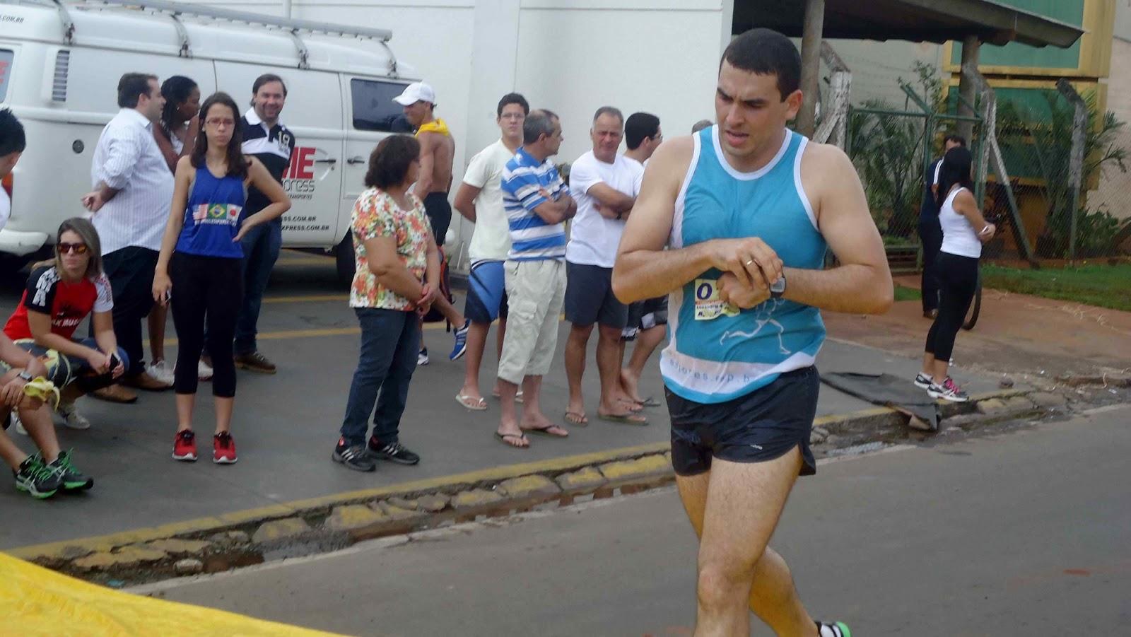 Foto 131 da 1ª Corrida Av. dos Coqueiros em Barretos-SP 14/04/2013 – Atletas cruzando a linha de chegada