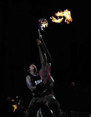 Não é de Deus: Nikki Sixx estreia baixo com lança-chamas