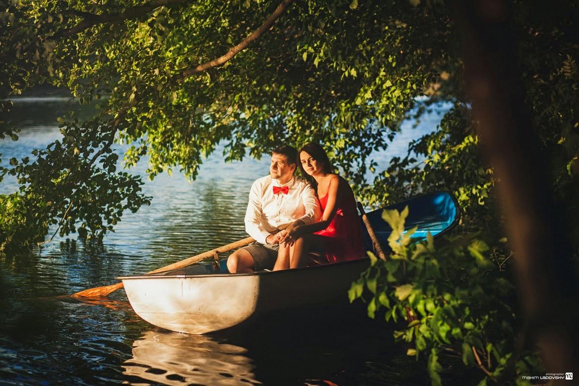 романтичная фотосессия пары в лодке