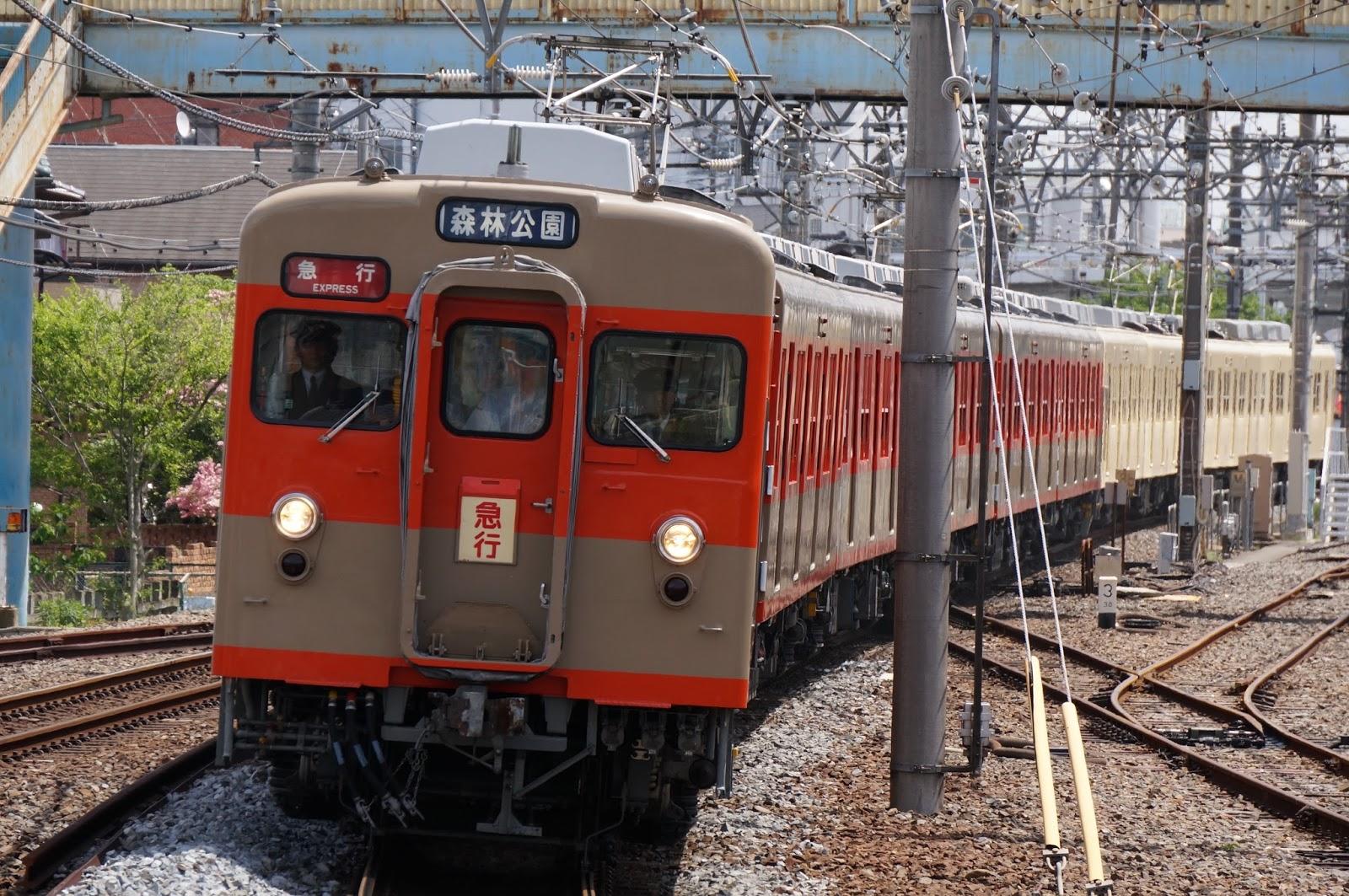 坂戸駅に到着する東上線100周年記念号