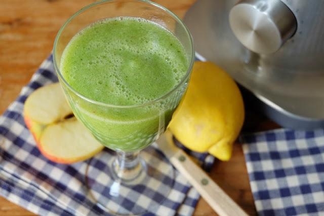 Grüner Smoothie mit Gurke, Apfel und Zitrone