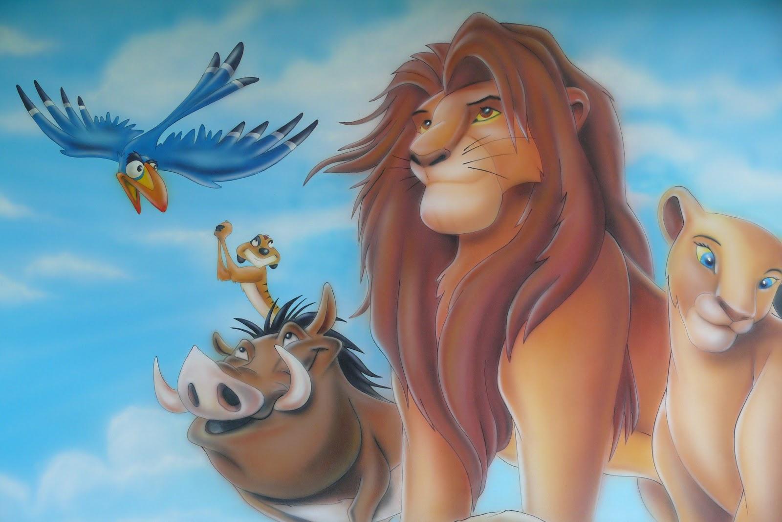 Ciekawy sposób na zaaranżowanie ściany w pokoju chłopca, malowanie motywu z bajki Król Lew na ścianie w pokoju chłopca
