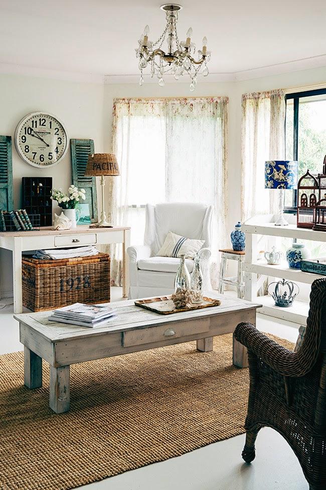 wystrój wnętrz, wnętrza, mieszkanie, dom, home, decor, aranżacje,shabby chic, vintage, meble, ratanowy fotel, zegar, okiennice, fotel, klatka
