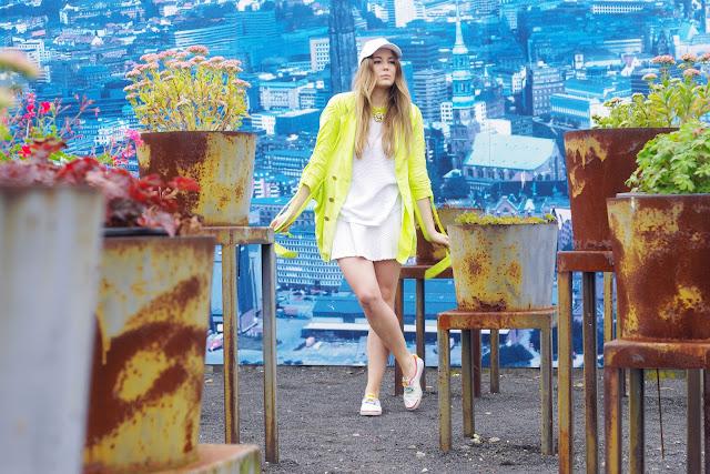 Zara mesh jumper, neon, fluo, lion statement necklace, white skirt, H&M, Lacoste sneakers, sporty chic, sportlicher Look, Beste Hambuger Modeblogger, german fashion blogger,
