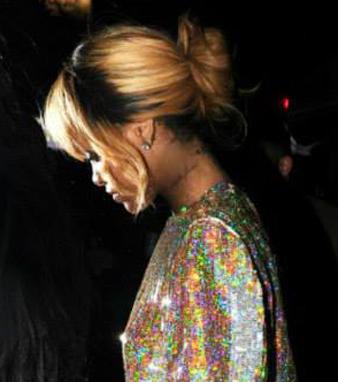 Rihanna Sarı Röfleli Saçlar ve Rihanna Ense Hizası Salaş Topuz modeli