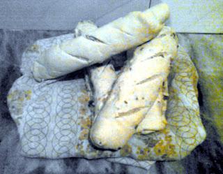 Cuatro panes de queso y chicharrones, recién horneados
