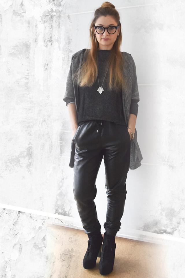 schwarze leder jogpants mit cardigan outfit die edelfabrik der 40 blog f r mode beauty. Black Bedroom Furniture Sets. Home Design Ideas