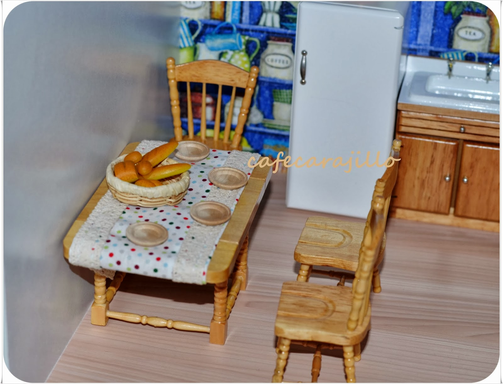 die mini eisdiele bekommt ein neues dach mein selbstgemachtes puppenhaus. Black Bedroom Furniture Sets. Home Design Ideas