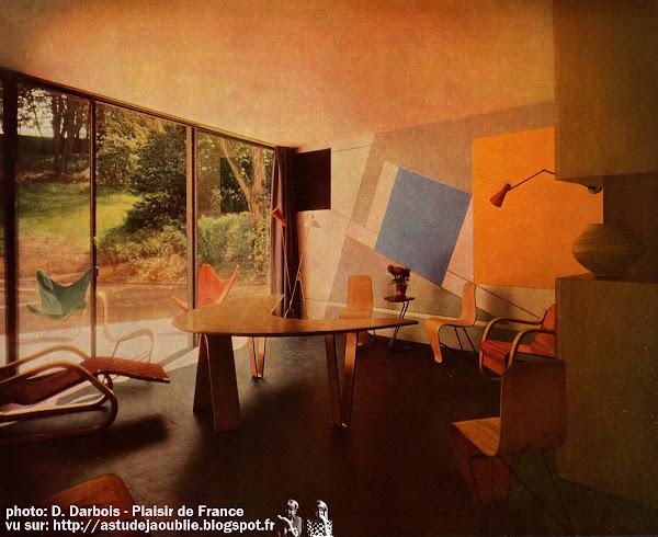 """""""Tradition et Rupture"""" - Plaisir de France - Juin 1953  Texte: Gilles Quéant, photos: D. Darbois  Façade de la maison conçue par M. André Bloc à Bellevue"""