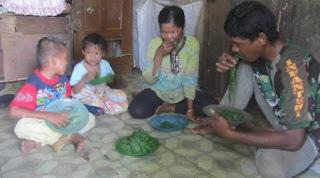 http://infomasihariini.blogspot.com/2015/12/inilah-kisah-menyedihkansebuah-keluarga.html