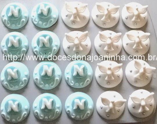 Mini cupcakes decorados para batizado com Espírito Santo e inicial do nome do batizando.