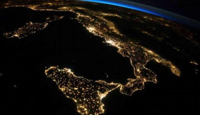 Keindahan Bumi di Malam Hari dari Stasiun Ruang Angkasa