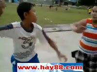 Chết cười xem clip 2 thằng trẻ trâu đánh nhau