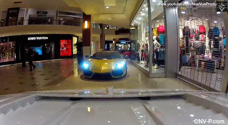 【動画】ショッピングモールに展示してある5台のランボルギーニを運び出す方法