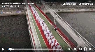 VIDEO: INEDIT‼️ Sute de tineri se botează în râul Nipru care traversează orașul Kiev, Ucraina!