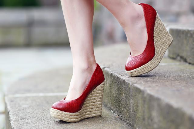 czerwone buty na koturnie zbliżenie