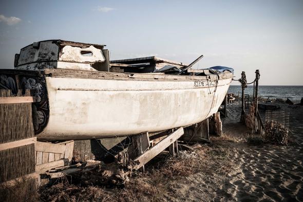 Fotografia di vecchia barca tirata a riva