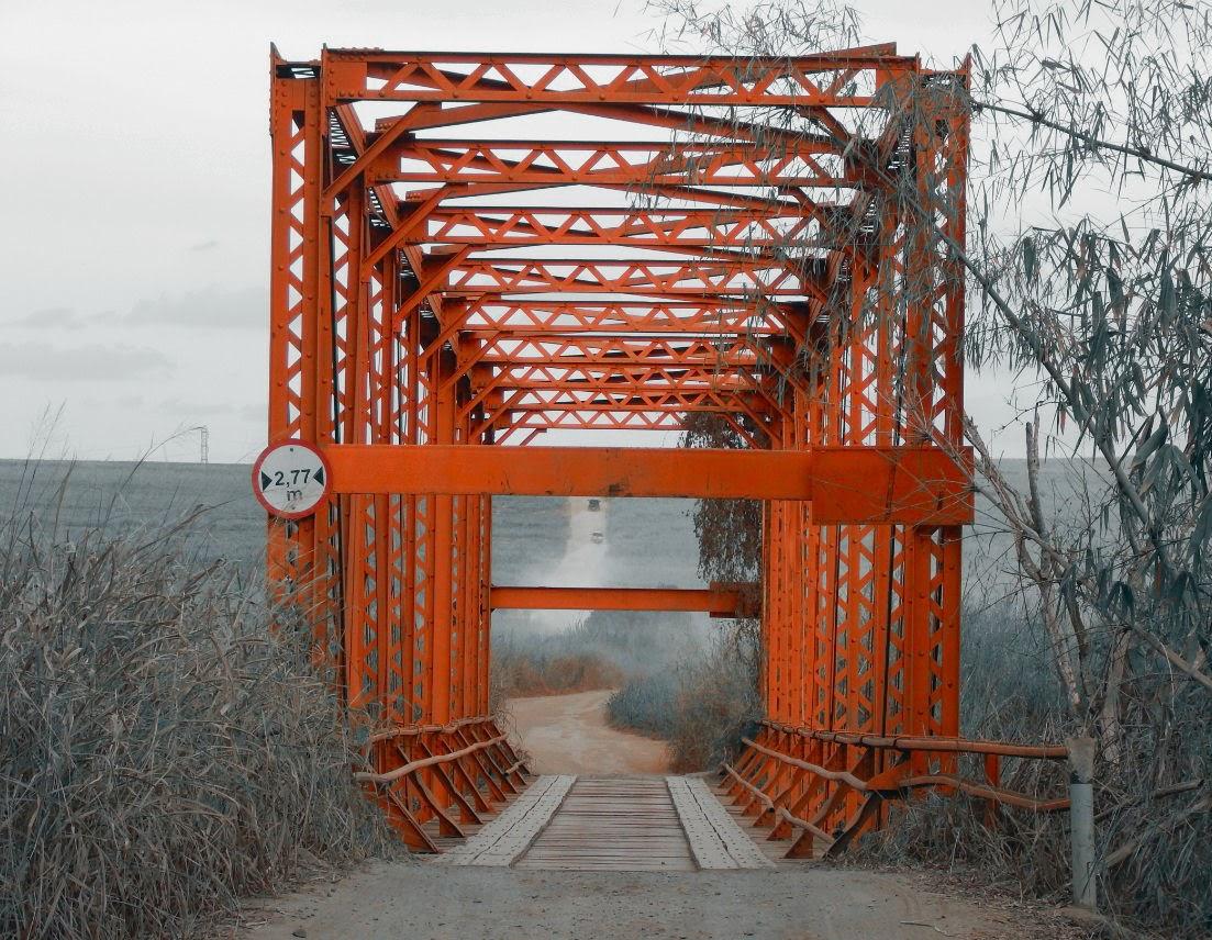 Esta ponte de estrutura metálica fez parte da ferrovia da Cia. Carril Funilense, inaugurada em 1899, que partia do centro de Campinas e chegava onde hoje se situa o município de Cosmópolis. Quando os trens que recolhiam o café parou de circular no começo da década de 1960, a ponte foi adaptada para o uso de automóveis, sendo abandonada na virada do século. Dez anos depois, com a implantação da praça de pedágio na rodovia que liga Paulínia a Cosmópolis, a ponte foi reformada para funcionar como alternativa de ligação entre as cidades.