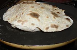 Cuisson du chapati avec gonflement de la pâte dans une crêpière