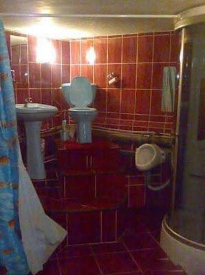 Une cuvette de WC sur un podium