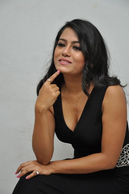 Actress Mausumi Cleavage Show