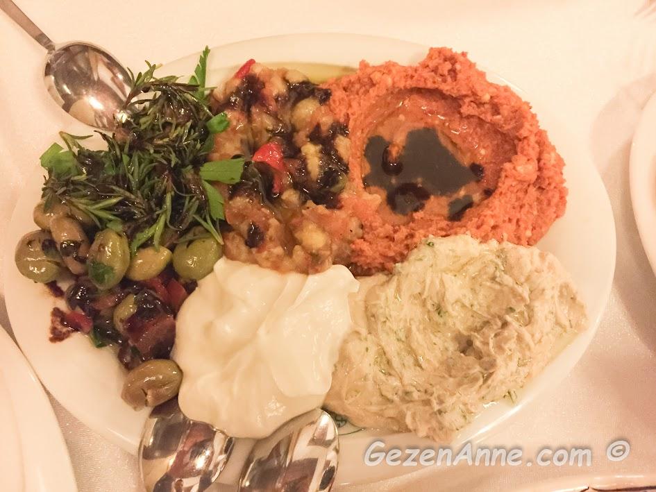 zahter salatası, kırık zeytin ve mezeler, Sveyka restoran Antakya