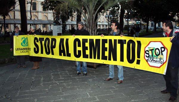 attivisti di Legambiente, in Piazza N.S. dell'Orto a Chiavari, reggono uno striscione giallo con la scritta nera 'stop al cemento'