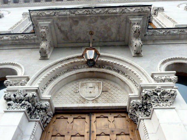 Fachada y puerta principal de la Facultad de historia. Visitar biblioteca Trinity College